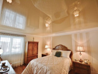 Натяжной потолок в спальне — оформляйте интерьер легко и безупречно (120 фото)