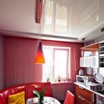 Маленькая кухня отделка потолка эконом класса.