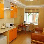 натяжной потолок в современной отделке кухни.