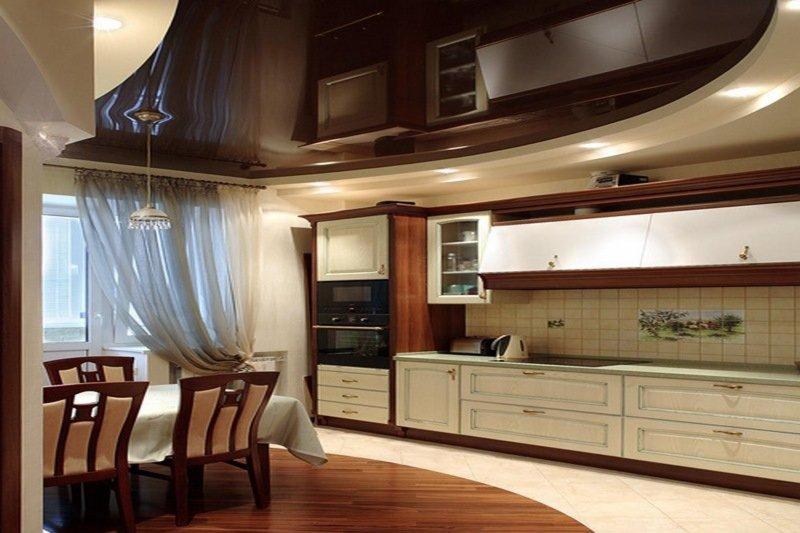 Глянцевый натяжной потолок на кухне.