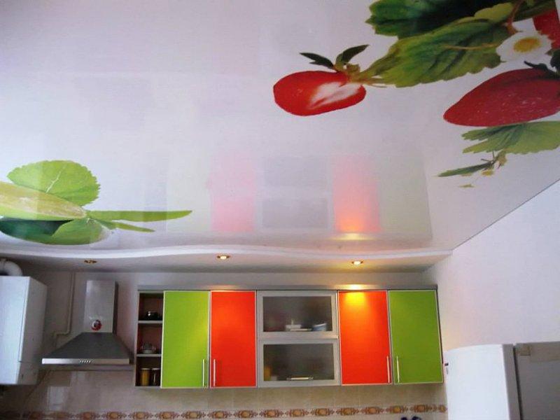 Эконом отделка потолка на кухне.