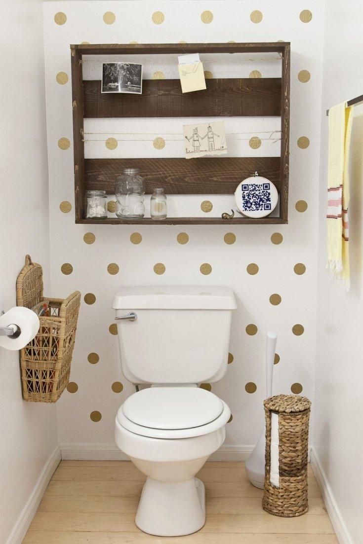 отделка стен обоями в маленьком туалете фото