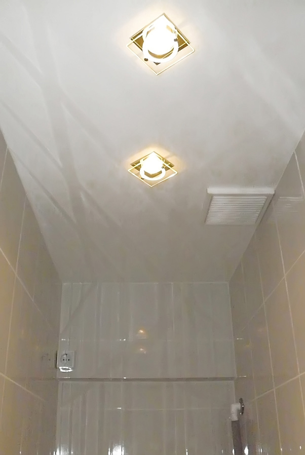 натяжной потолок дизайн в маленьком туалете фото