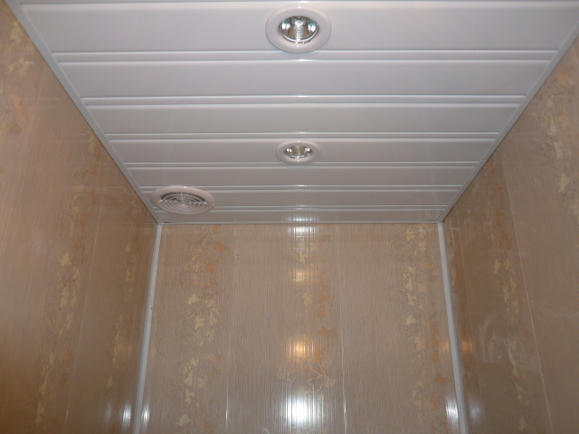 полок из панелей в маленьком туалете