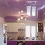 Маленькая кухня с натяжным потолком.