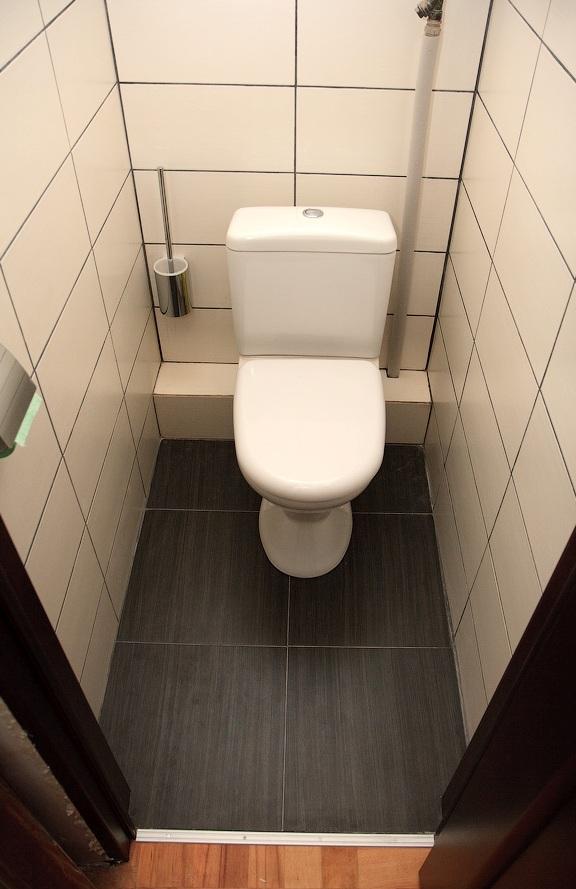 пол из плитки маленький туалет