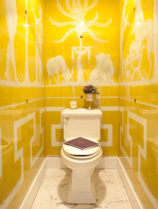 маленький туалет желтого цвета фото