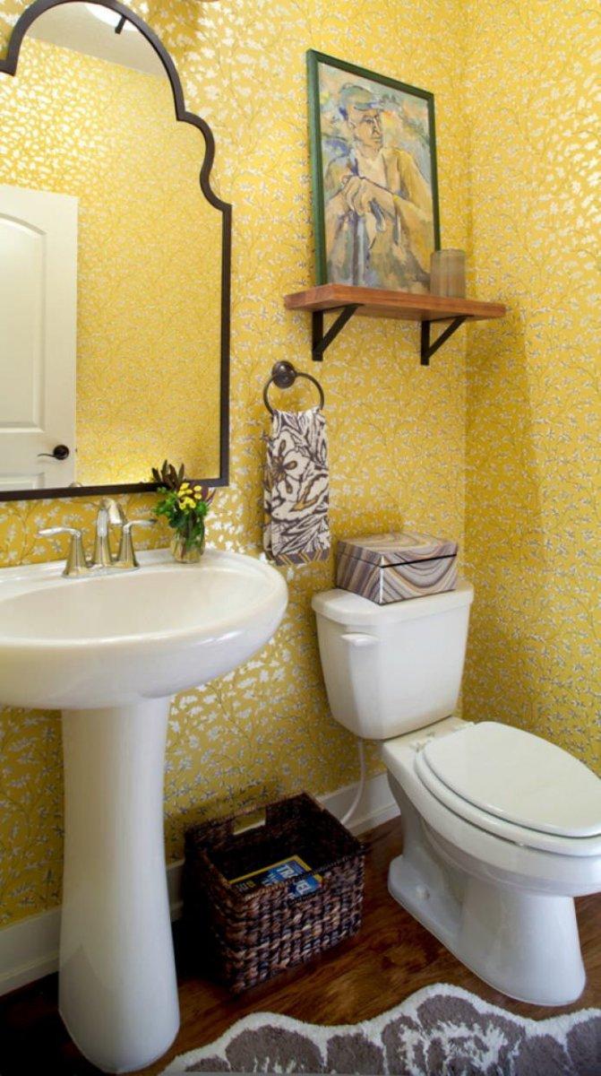 небольшой желтый туалет фото